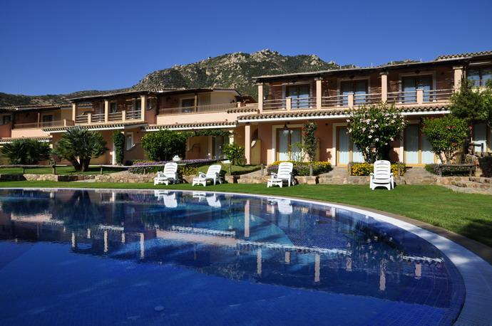 zwembad in hotel su giganti in villasimius - zuid sardinie (1).jpg