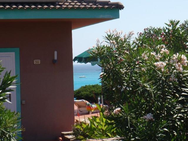 sardinie - vakantiehuisjes aan het strand in stintino.jpg