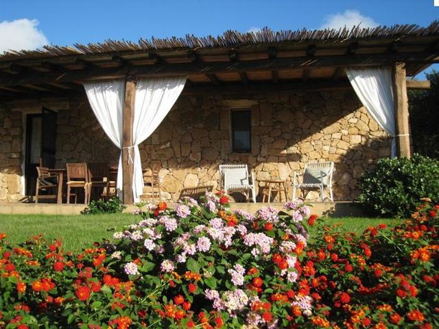 le tre pietre - landelijk overnachten op sardinie in vakantiehuisjes met zwembad.jpg