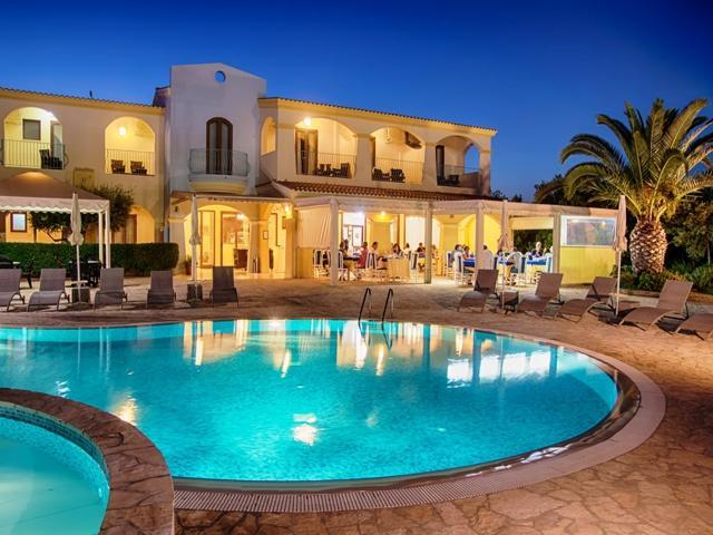 hotel-costarei-klein-hotel-sardinie-met-zwembad-en-aan-zee-sardinia4all.jpg