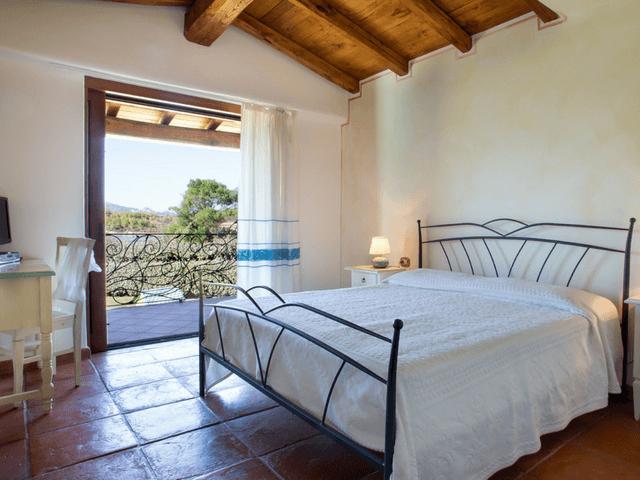 vakantiehuis met zwembad op sardinie - villa capo coda cavallo (18).png