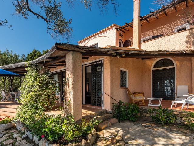 luxe huis sardinie met zeezicht en zwembad (32).png