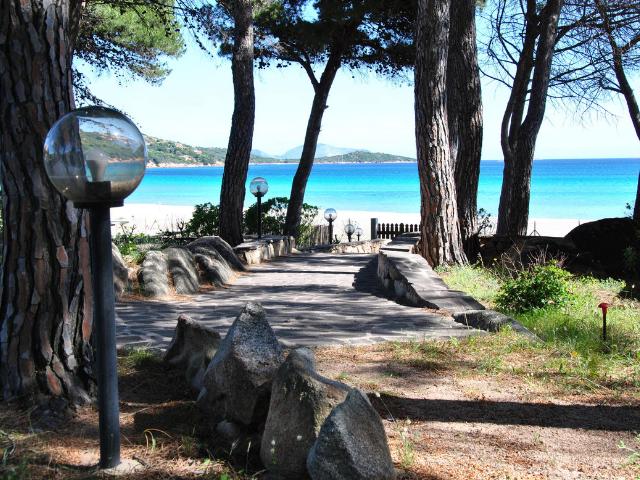 vakantiehuisjes sardinie aan het strand - ville porto taverna (1).png