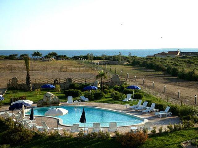 Hotel Raffael heeft een zwembad met  jacuzzi en kinderbad - Sardinia4all