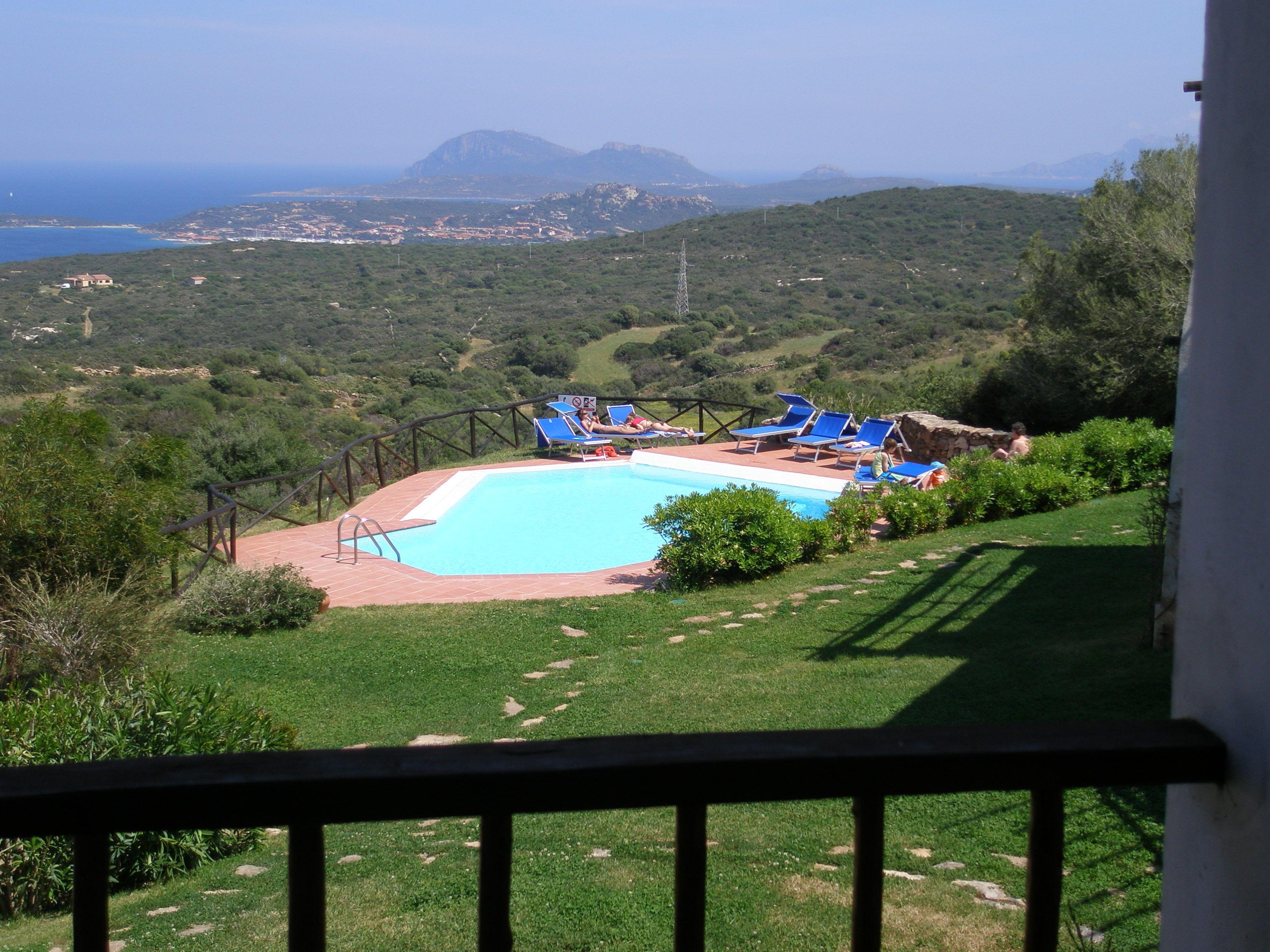 Het zwembad bij de appartementen Rocce Sarde in San Pantaleo